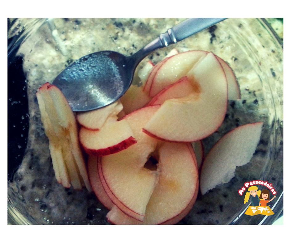 Fatias de maçãs com casca para fazer apple roses