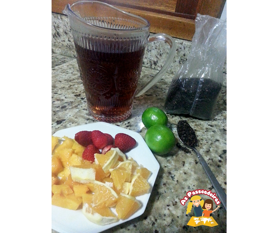 chá gelado com frutas picadas
