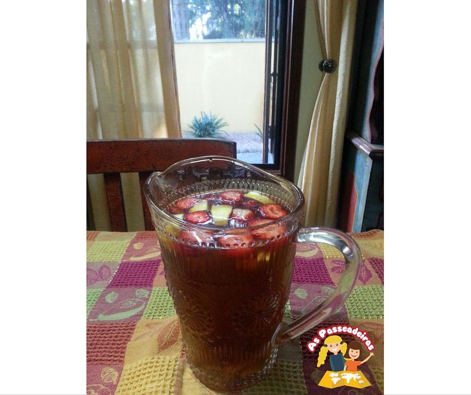 chá gelado com frutas picadinhas