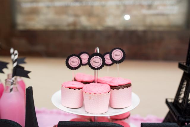 Cupcakes da Bendito Dom e os toppers encontrados no site Elo7