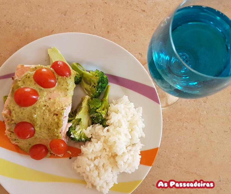 salmão ao pesto com brocolis e tomates