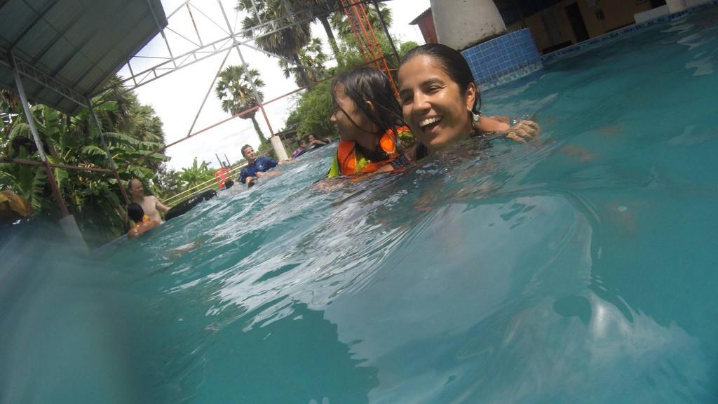 Camboja - Domingo era dia de nadar com as crianças na piscina da comunidade. Foto by: Graziele Inácio