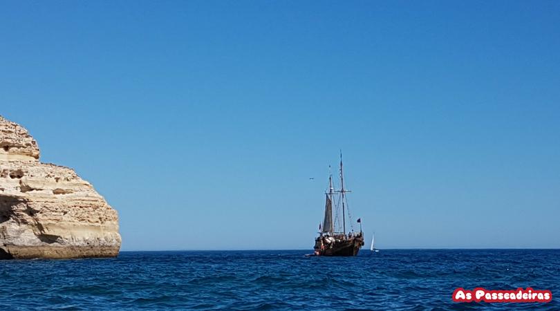 Barco céu e mar