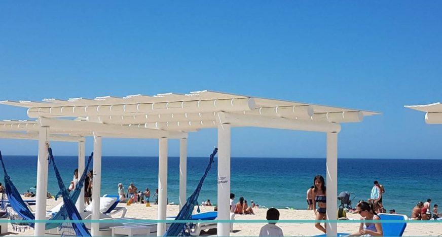 mais dicas de passeios e hotéis em Portugal e outros países, bem como dicas para quem quer morar em Portugal.   ____________________________________________  Planeje sua viagem  Procurando hotéis ou apartamentos em Portugal? Faça suas reservas clicando no link abaixo, escolha opções com cancelamento grátis e leia os reviews e comentários sobre cada oferta. Assim você garante o melhor preço e a melhor opção de hospedagem para sua viagem através do nosso parceiroBooking. Se quiser procurar em outra cidade é só clicar e alterar o nome da cidade aqui:  Booking.com  Ainda não é cadastrado no Booking?Clique aqui e receba R$50,00 (ou 12,5 euros) de crédito na primeira viagem. Se vai viajar não esqueça de fazer seu seguro viagem.Faça sua cotação aqui e escolha o tipo de cobertura que mais lhe convém na World Nomads, parceiro aqui do blog. Aluguel de carro: Alugue um carro na RentCars, nosso parceiro. Compare os preços e tenha mais liberdade nos seus passeios Ingressos: Compre seus ingressos clicando aqui e evite filas nas atrações mais bacanas da cidade.    Se você precisa transferir dinheiro do Brasil para Portugal ou qualquer outro país e não tem certeza de qual serviço utilizar, nós recomendamos oTransferWise. Isto não é uma propaganda ou um post patrocinado, é o serviço que usamos mensalmente para fazer transferências do Brasil para Portugal, já que nossos rendimentos vem do Brasil. OTransferWisecobra o IOF e uma taxa de serviço, que tem sido menor que qualquer outro banco que temos consultado. Também garante a taxa do câmbio por 72 horas. Para transferir, você precisa criar uma conta noTransferWise, confirmar seus dados (da primeira vez, não precisa, somente depois da segunda - eles podem pedir a cópia de um documento de identificação e comprovante de endereço). Para quem quer transferir maisque um determinado montante por ano também precisa confirmar comprovante de rendimentos (extratos bancários ou Declaração de IR). Até a data deste post era algo em torno de 25 mil 